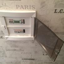 После ремонта квартиры предохранители-автоматы аккуратно вмонтированы в стену