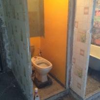 Туалет и ванная до ремонта - демонтированы полы, двери и плитка