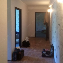 Установлена перегородка между комнатами и коридором