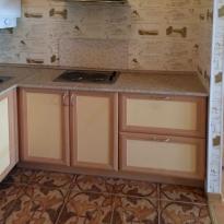 Фото кухни до начала ремонта - мойка и плита