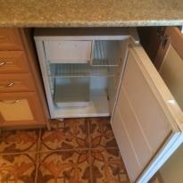 Небольшие встроенные холодильники встречаются часто в квартирах-студиях