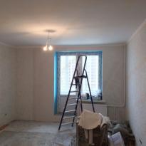 Вид квартиры-студии во время малярных работ